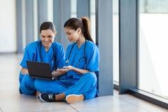 Enfermeras que usan la computadora portátil Foto de archivo libre de regalías
