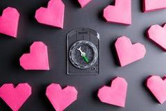 Enfermez dans une boîte la forme et la boussole rouges de coeur sur le fond noir avec le PS de copie Image libre de droits