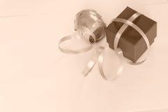 Enfermez dans une boîte le cadeau avec le ruban, ton de sépia de vintage Photographie stock