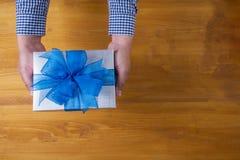 ENFERMEZ DANS UNE BOÎTE le cadeau et le petit cadeau enveloppés, les présents et le Noël, cadeau Photographie stock libre de droits