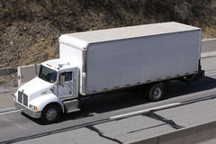 Enfermez dans une boîte le camion sur l'omnibus Images stock