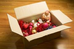 enfermez dans une boîte les jouets de Noël Photographie stock