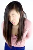 Enfermo asiático del estómago de la sensación de la mujer aislado foto de archivo