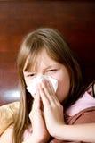 Enfermo con la muchacha del adolescente de la gripe en cama que estornuda Imagen de archivo
