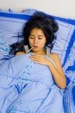 Enfermo de la mujer bastante joven en cama Imagen de archivo