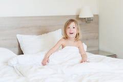Enfermo de la niña en cama Imagen de archivo libre de regalías
