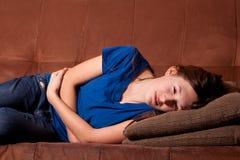 Enfermo del adolescente en el sofá Fotografía de archivo