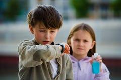 Enfermo del codo del estornudo de la gripe de los niños Imagen de archivo libre de regalías