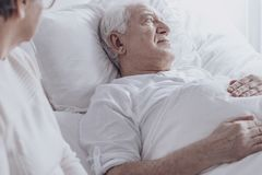 Enfermo del hombre mayor con el cáncer imagen de archivo