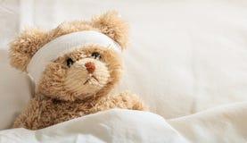 Enfermo del oso de peluche en el hospital Fotografía de archivo libre de regalías