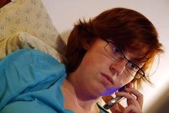 Enfermo en la cama que trabaja de hogar Imágenes de archivo libres de regalías
