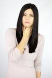 Enfermo hermoso serio de la mujer con problema de la garganta Imagen de archivo