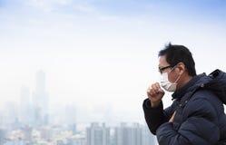 Enfermos de cáncer del pulmón con la ciudad de la niebla con humo imagenes de archivo