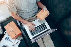 Enfie acima o SME do empresário da empresa de pequeno porte, usando o portátil para o negócio em linha fotografia de stock