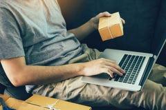 Enfie acima o SME do empresário da empresa de pequeno porte, usando o portátil para o negócio em linha imagem de stock royalty free