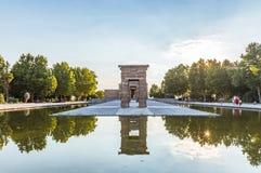 Enfilade van oude poorten die in de pool worden weerspiegeld De Tempel van Debod Templo DE Debod is binnen een oude Egyptische te royalty-vrije stock foto