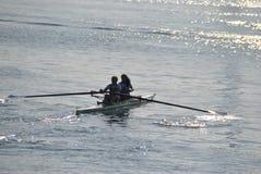 Enfileiramento da canoísta no porto de Genoa fotos de stock