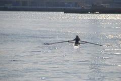Enfileiramento da canoísta no porto de Genoa fotos de stock royalty free