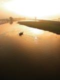 Enfileiramento do homem do barco da ponte de Ubein Imagem de Stock