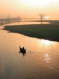 Enfileiramento do homem do barco da ponte de Ubein Foto de Stock Royalty Free
