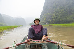 Enfileiramento do pé do homem ao longo de Ngo Dong River Imagens de Stock Royalty Free