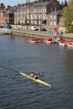 Enfileiramento no rio Ouse em York North Yorkshire foto de stock royalty free