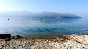 Enfileirando o dia calmo Lago Maggiore Italy imagem de stock royalty free