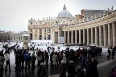 Enfileire na entrada da basílica de St. Peter. imagens de stock