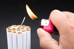 Enflammer un paquet de cigarettes images libres de droits