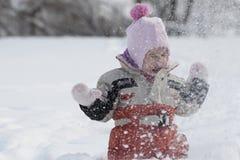 Enflicka som spelar i snö Arkivfoton