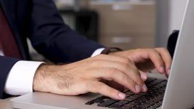 Enfoca adentro el cierre dinámico del tiro encima de las manos del hombre de negocios que mecanografían rápidamente en el teclado almacen de metraje de vídeo