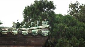 Enfoca adentro el tiro de las tejas de tejado en el Templo del Cielo, Pekín almacen de video