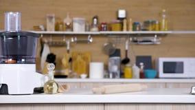 Enfoca adentro el tiro en cocina moderna vacía metrajes