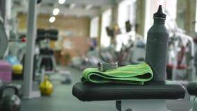 Enfoca adentro la cantidad dentro del gimnasio del músculo de los fintess metrajes