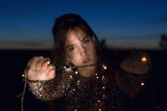 Enfocada de los lux del sujetando de Chica Fotografía de archivo libre de regalías