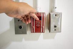Enfoncez abaissent le commutateur en cas de feu et de rele de porte de secours photo stock