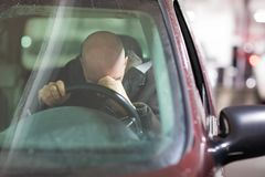Enfoncez l'homme âgé par milieu dans la voiture photo stock