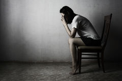 Enfoncez la femme priant dans l'obscurité priant dans le conce secret de chambre Photos libres de droits
