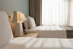 Enfoncez la pièce avec les oreillers, les feuilles et le rideau blancs Photos libres de droits