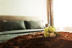 enfoncez le blanc de luxe de mur d'oreiller de nightstand de lampe de fragment de chambre à coucher Photo libre de droits