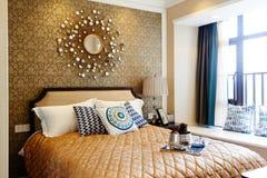 enfoncez le blanc de luxe de mur d'oreiller de nightstand de lampe de fragment de chambre à coucher Photographie stock