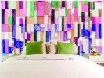 Enfoncez les morceaux en bois multicolores déchirés bleus de pièce verticaux photos libres de droits