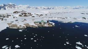 Enfoque aéreo de la base antártica polar de Vernadsky hacia fuera almacen de metraje de vídeo