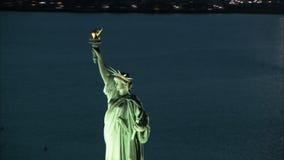 Enfoque aéreo hacia fuera de la estatua de la libertad almacen de metraje de vídeo