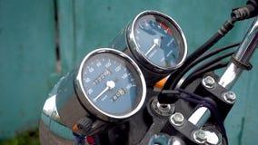 Enfoque adentro del velocímetro de la motocicleta almacen de video