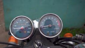 Enfoque adentro del velocímetro de la motocicleta almacen de metraje de vídeo
