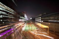 Enfoque adentro en la carretera y edificios iluminados imagenes de archivo