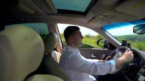Enfoque adentro sobre el conductor masculino de un coche metrajes