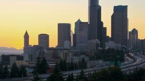 Enfoque de la puesta del sol del lapso de tiempo del paisaje urbano de Seattle metrajes