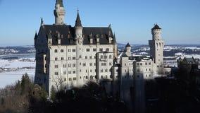 Enfoque de Neuschwanstein del castillo hacia fuera temprano por la mañana metrajes